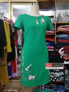 Váy suông đính hoa ruy băng lụa và hạt đá V376 thời trang thủy Neck Designs For Suits, Kurti Neck Designs, Blouse Designs, Dress Design Patterns, Pakistani Fashion Casual, Straight Dress, Embroidery Fashion, Modest Dresses, Designer Dresses