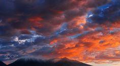 El Chachani - Esta foto fue realizada en el Departamento de Arequipa, Perú. Es el volcán Chachani.  Mi destino fue Puno - Lima y Arequipa esta entre los dos lugares, el camino es necesariamente en auto hacia Arequipa. Así que tuve la oportunidad de pasar un día allí y el volcán Misti junto al Chachani son de los principales atractivos de la ciudad. Como de costumbre siempre es habitual tomar fotografías en el trascurso del día, quería algo diferente y lo ideal era tomar una foto al amanecer…