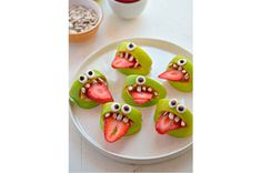Silly Monster Apple Bites, Healthy Halloween Snacks These 12 Healthy Halloween Snack Ideas are kid-approved. Halloween doesn't have to include tons of sugar and candy. Your kids will love these ideas. Comida De Halloween Ideas, Halloween Snacks For Kids, Halloween Treats For Kids, Halloween Appetizers, Halloween Desserts, Easy Halloween, Halloween Breakfast, Halloween Halloween, Halloween Fruit Salad