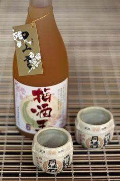 Existe um ritual especial à mesa para tomar o sake. Levante o seu copinho para receber a bebida, servida sempre por seu vizinho de mesa, apoiando-o com a mão esquerda e segurando-o com a direita. É imprescindível que você sirva o seu vizinho de mesa porque não é de bom tom servir a si próprio. O copo de sake deve sempre ficar cheio até o final da refeição. A tradição manda fazer um brinde, kampai, esvaziando o copinho num só gole. É sinal de hospitalidade e atenção.