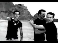 """Blink 182 """"All the small things, true care, truth brings""""~pq só o vídeo vale milhões x) <3~"""
