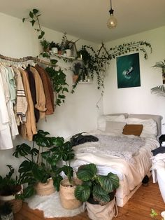 Indie Room, Indie Living Room, Room Ideas Bedroom, Bedroom Inspo, Dorm Room Themes, Hippy Bedroom, Bedroom Themes, Cute Room Decor, Study Room Decor