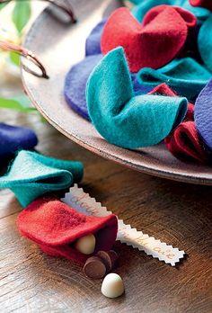 Que tal oferecer aos seus convidados biscoitos da sorte feitos de feltro – estes são de Denise Meneghello –, recheados com uma guloseima e um bilhetinho?