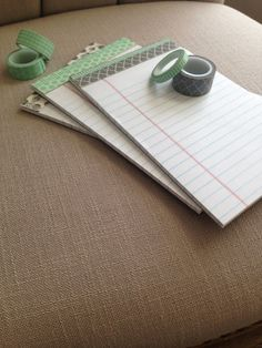 Make plain note pads cute with washi tape. Simple and inexpensive gift idea Diy Coque, Washi Tape Crafts, Washi Tapes, Paper Crafts, Duck Tape, Diy Note Pad, Jw Pioneer, Pioneer School, Pioneer Gifts