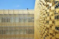 Außen fein und innen brachial: Hinter der filigranen Hülle des Neubaus von Reichen et Robert verbirgt sich ein gewaltiges Stahltragwerk.