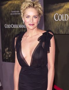 Sharon Stone Hairstyles Pictures Born: Sharon Vonne Stone, on March 1958 in Meadville, PA, to Joseph and Dorothy Stone. Sharon Stone Hairstyles, Short Hair Cuts, Short Hair Styles, Sharon Stone Photos, Beautiful People, Beautiful Women, Actrices Hollywood, Ageless Beauty, Aging Gracefully
