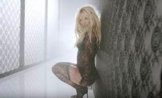 Britney Spears se prepara para el lanzamiento de Glory su noveno álbum  La estrella pop Britney Spears se prepara para el lanzamiento de Glory su noveno álbum de estudio que se publicará el 26 de agosto en todo el mundo. En la espera estrena hoy su nuevo video para su primer single llamado Make Me con la colaboración del rapero G-Eazy.  La canción fue muy bien recibida por la prensa tras su lanzamiento; fue el tema que más creció en audiencia en la radio Top 40 estadounidense durante la…