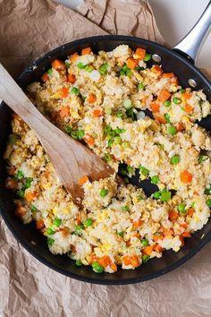 Bratreis Grundrezept. Schnell, einfach und verdammt lecker. Vollgepackt mit knusprigem Reis, Ei, Karotten, Erbsen und Sojasauce - http://kochkarussell.com