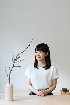 At this point, you're very aware with the brilliance of Marie Kondo. You might even hold each item in your home to decide if it sparks joy. But are you doing the same when you pack your bags for traveling? Kondo gave us some tips to organize. Japanese Apartment, Sparks Joy, Konmari Method, Small Case, Marie Kondo, Travel Wardrobe, Packing Light, Packing Tips, Ikebana