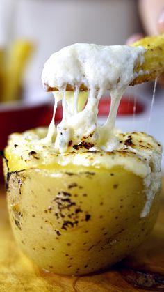 Un piropo que diga te invito a compartir esta Papa Rellena. I Love Food, Good Food, Yummy Food, Vegetarian Recipes, Cooking Recipes, Cuisine Diverse, Snacks Für Party, Food Videos, Foodies