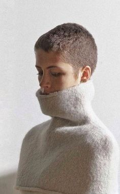 Buzz cut and shoulder cozy. Really Short Hair, Super Short Hair, Thin Hair Styles For Women, Curly Hair Styles, Short Pixie, Short Hair Cuts, Buzzed Hair Women, Pixie Haircut 2016, Buzz Cut Women