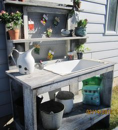Potting bench made with an old cast iron sink. Have a small sink. Want to use it as a sink and beverage stand Potting Station, Sink, Garden Sink, Potting Table, Garden Bench Diy, Outside Sink, Potting Bench With Sink, Small Sink, Outdoor Sinks