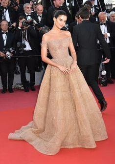 Le mannequin Sara Sampaio opte pour le charme discret mais couture d'une robe Zuhair Murad haute couture. (Cannes, le 12 mai 2018.) Madame Figaro