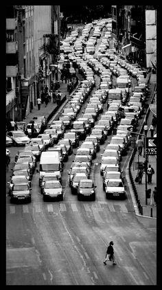 3.Los problemas de contaminación ambiental  cada día alarman más a los expertos. El numero de carros en las ciudades mas grandes es abrumador y las muertes relacionadas con el uso desmesurado de automóviles crece cada día. Por ejemplo, en países como Japón circulan 90 millones de vehículos y las tasas de mortalidad llegan a las 4.000 personas