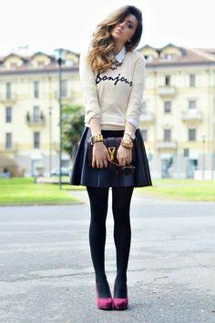 Oufit Falda negra y medias, zapatos fiucsa, camisa blanca y jersey hueso