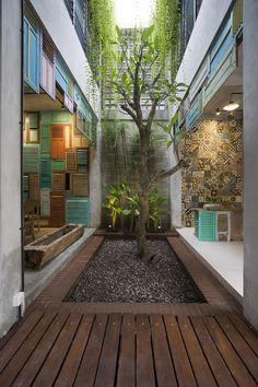 Image 6 of 22 from gallery of Graha Lakon / Andyrahman Architect. Photograph by Mansyur Hasan Indoor Courtyard, Modern Courtyard, Internal Courtyard, Courtyard House, Atrium Design, Courtyard Design, Home Room Design, Home Interior Design, Exterior Design