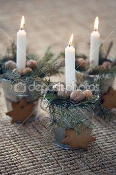 décoration de Noël : combustion bougie dans pot de fleur métal avec cookies avec des branches de sapin — Image #36769831