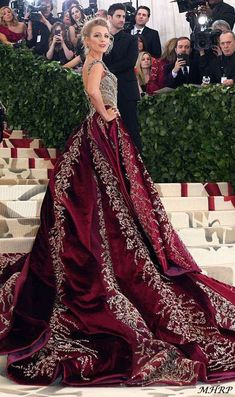 Blake Lively chose a gold and burgundy gown, complete with a crown copiar Fashion Tv, Couture Fashion, Boho Fashion, Gala Dresses, Couture Dresses, Burgundy And Gold Dress, Pretty Outfits, Pretty Dresses, Evening Outfits