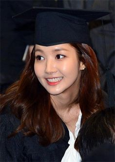 Actress Park Min-young attends a graduation ceremony at Dongguk University in Seoul on Friday. Korean Celebrities, Korean Actors, Celebs, She Is Gorgeous, Beautiful Smile, Korean Beauty, Asian Beauty, Park Min Young, Look Fashion
