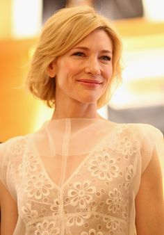Cate Blanchett Bob Cate Blanchett wore her subtly layered bob with soft waves and side-swept bangs at the Louis Vuitton Maison Australia press conference. Love Cate!