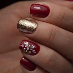 christmas nails 40 Awesome Red and Gold Nail Designs for Holidays Red Christmas Nails, Xmas Nails, Holiday Nails, Christmas Ideas, Nail Designs For Christmas, Christmas Inspiration, Christmas Tree, Gold Nail Designs, Acrylic Nail Designs