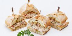 Сэндвич с тунцом, овощами и соусом чили