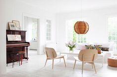 Una casa blanca con toques de colores suaves