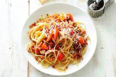pasta met verse tomatensaus, witte wijn en spekjes