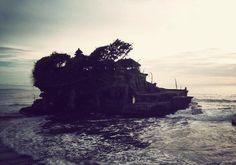 """Le temple hindouiste de Tanah Lot (Temple du """"Pays de la Mer"""") se dresse sur un îlot dans la région de Tabanan.  Il aurait été édifié grâce au prêtre Nirartha, au 15ème siècle. La légende raconte d'ailleurs, qu'un serpent géant, né de son écharpe, en assurerait la protection.  Le temple de Tanah Lot fait partie des 7 temples de la mer de Bali. #bali #tourisme #voyage #temple #hindouisme #indonésie"""