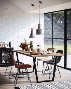 """175 curtidas, 4 comentários - Mercadinho Design (@mercadinho.design) no Instagram: """"Preto, madeira e luz natural: uma combinação perfeita .. #decoração #decor #livingroom…"""""""