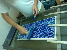 """Le Typo du Panier crée, grave, imprime avec passion sur d'antiques presses typographiques. Une platine à pédale """"La Nationale"""" et une presse à épreuve Korrex Hannover 50/70 cm."""