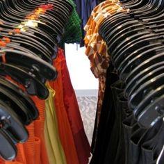 Lekker shoppen in Amsterdam? Iedereen wil graag de leuke boetiekjes en kledingwinkels in Amsterdam ontdekken. Waar zitten deze leuke winkeltjes? Waar vind je vintage en retro kleding en kun je helemaal los gaan tussen unieke kledingstukken?