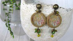 pendenti in resina colata a mano e lurex croquet, immagine orientale, perle, verde, giallo Lunghi pendenti realizzati artigianalmente in pezzo unico per la collezione Oriental Tales di ResinUp. Un …