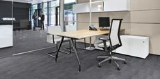 The quality of this desking system lies in its possibilities, such as in high quality consultant workstations in the Front Office. Generous desk lay