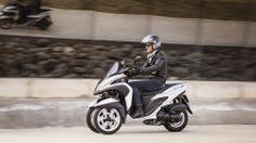 Motore da 125 cc raffreddato a liquido, economico e vivace 3 freni a disco davanti e dietro per un controllo facile Unified Brake System (UBS)