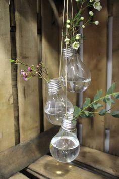 Decora pequeños rincones de tu hogar o de tu negocio, con bombillas recicladas.