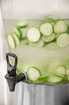 Flat Belly Cucumber and Ginger Spa water to relieve bloating and to hydrate Cucumber Health Benefits, Relieve Bloating, Cucumber Detox Water, Cucumber Salad, Digestive Detox, Body Detoxification, Lemon Diet, Homemade Detox, Best Detox