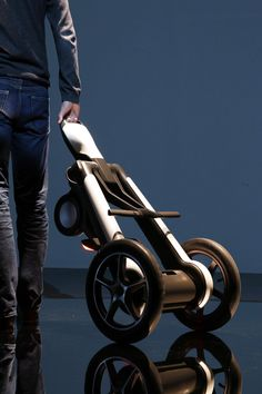 ILY-A Electric Personal Vehicle unveiled at Milan Design Week 2015 Best Electric Scooter, Electric Bicycle, Electric Cars, Scooter Design, Bike Design, Mobility Aids, Mobility Scooters, Solar Car, Milan Design