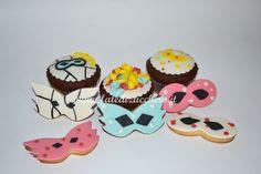 Biscotti e Cupcake decorati per Carnevale: coriandoli e mascherine modellati e dipinti a mano. Pasta frolla al profumo di limone e cupcake con cuore morbido di cioccolato fuso