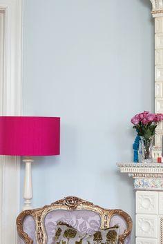 Fargen fremstår som kjølig og kald nøytral nyanse. Fargen har mye blått i seg. Fargen vil gi et klassisk og tidløst uttrykk. Den perfekte bakgrunnsfargen. #grå#grey#rosa#stålampe#rokokko#stol#roser#kakkelovn#lysblå#lightblue#elegant#klassisk#lightblue#fresh#stue#gang#soverom#bedroom#livingroom#gang#hall#maling#painting#inspirasjon#inspiration#fargekart#fargerike Shades, Lighting, Rose, Home Decor, Pink, Decoration Home, Light Fixtures, Room Decor, Lights