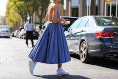 Une robe à bretelles perlées