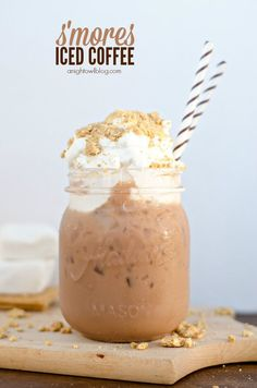 S'mores Iced Coffee - a delicious combination of coffee, chocolate, marshmallow and graham cracker topping! #IcedCoffee