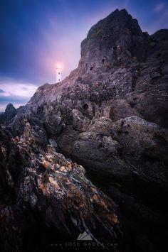 El Faro blanco de Cabo Home, con sus rocas negras aportan sensaciones y composiciones únicas vía @josegadea #RíasBaixas #Galicia #SienteGalicia   ➡ Descubre más en http://www.sientegalicia.com/