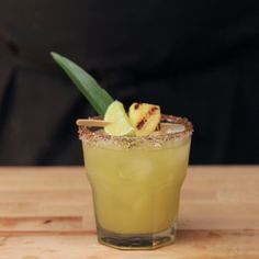 Made with fresh grilled pineapple, chili powder and silver tequila, everyone's f… Made from freshly grilled pineapple, chilli powder and silver tequila, every favorite cocktail is now even more interesting! Margarita Recipes, Cocktail Recipes, Margarita Ingredients, Party Drinks, Fun Drinks, Beverages, Tequila Drinks, Pineapple Margarita, Pineapple Juice