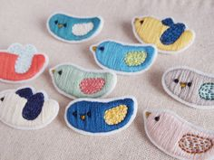 broches o clips Cute Embroidery, Beaded Embroidery, Cross Stitch Embroidery, Embroidery Patterns, Embroidered Bird, Felt Diy, Felt Crafts, Yarn Thread, Felt Fabric