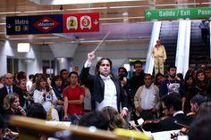 """Un """"flashmob"""" de la Film Symphony Orchestra sorprendió a los usuarios del transporte público. #comunidadmadrid #consorcio #transporters #moncloa #filmsymphonyorchestra #fsorchestra #fsotour201 #madrid #musica #bandasonora"""