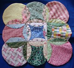 Mock Cathedral Windows -- Orange Peel Quilt Read the comments for helpful suggestions and better results sewing circles. Quilting Tips, Quilting Tutorials, Quilting Projects, Sewing Projects, Cathedral Window Quilts, Cathedral Windows, Circle Quilts, Mini Quilts, Rag Quilt