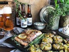 Ugnsbakad lax med krossad potatis i brynt smör | Recept från Köket.se Camembert Cheese, Meat, Chicken, Food, Pictures, Essen, Meals, Yemek, Eten