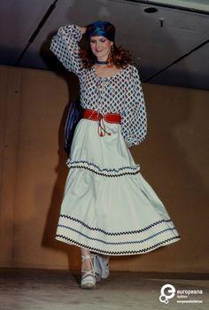 France, Paris, October Fashion show of Yves St. Laurent spring/summer 1977 women's ready-to-wear collection. 1977 Fashion, Retro Fashion, Fashion Show, Vintage Fashion, Patti Hansen, Lauren Hutton, Vintage Dress Patterns, Vintage Dresses, Ethnic Chic