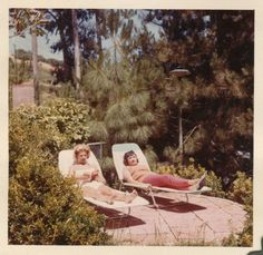 A collection of primarily found photos featuring everyday people and life from eras bygone. Vintage Vibes, Vintage Colors, Retro Vintage, Old Pictures, Old Photos, Vintage Photographs, Vintage Photos, Vintage Magazine, Vintage Polaroid